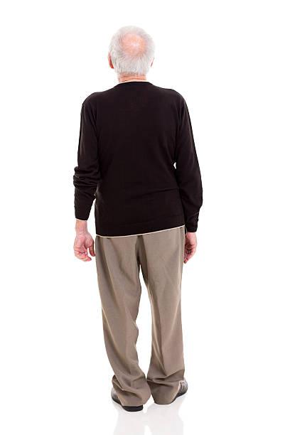 Vista posterior de un hombre mayor - foto de stock