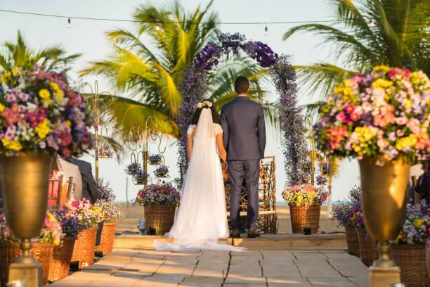 rückansicht der braut und bräutigam am altar - hochzeitsreise ohne mann stock-fotos und bilder