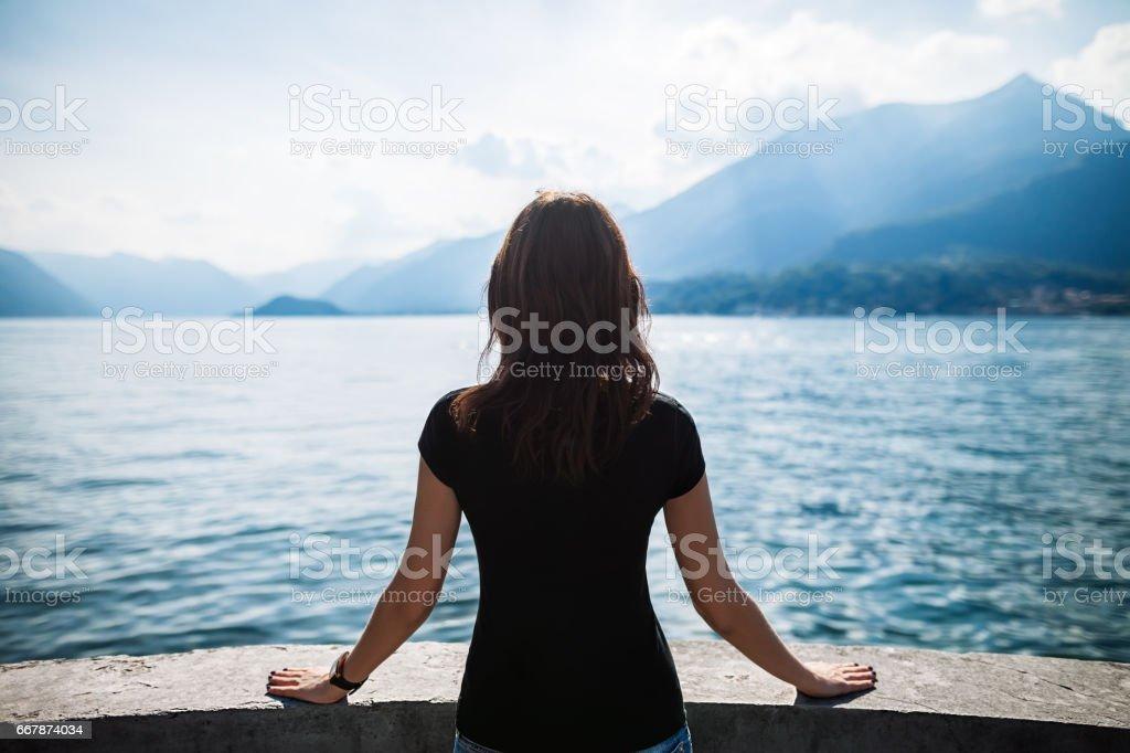 Rückansicht der jungen Frau entspannende Terrasse auf den Comer See, Italien – Foto