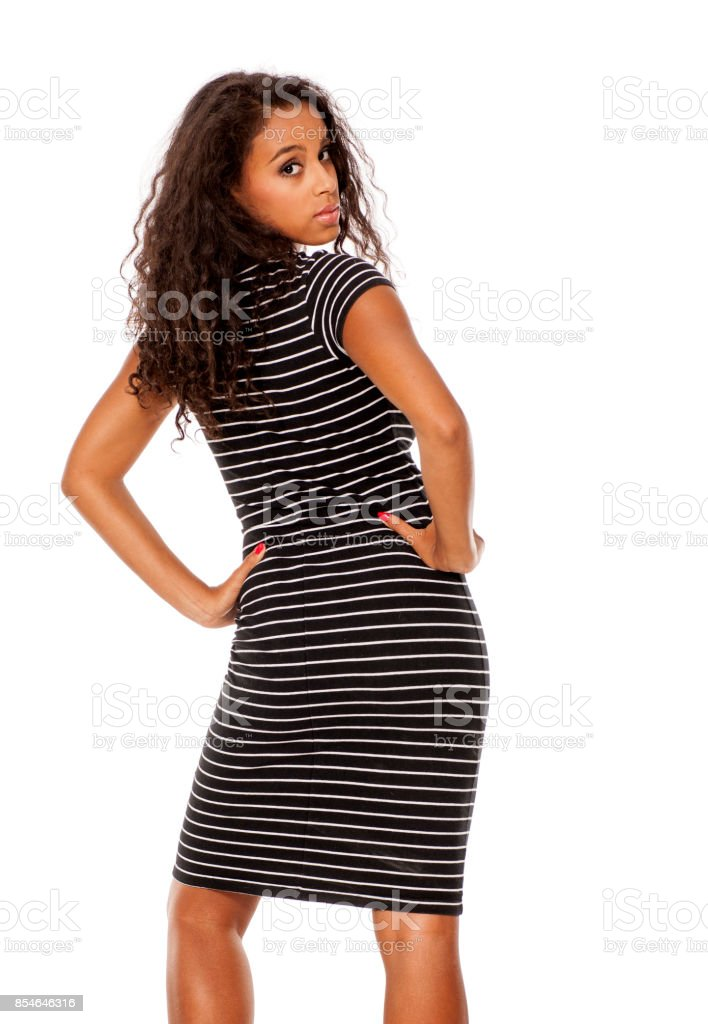 Vue arrière de femme dénudée jeune et assez sombre, posant sur fond blanc - Photo