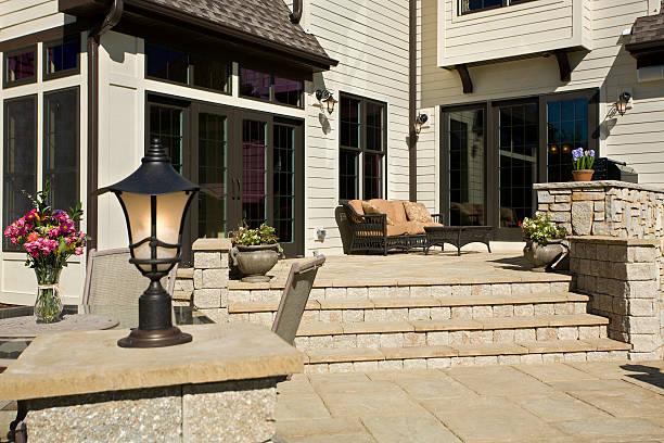 hinterhof-terrasse - grillstein stock-fotos und bilder