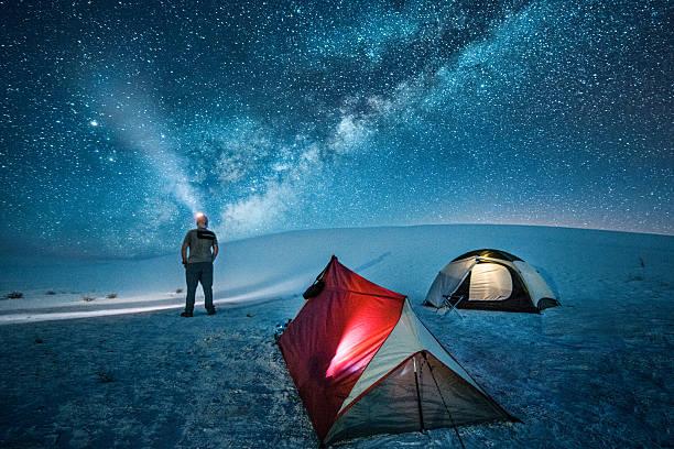 犬ぞり、星空の下でのキャンプ ストックフォト