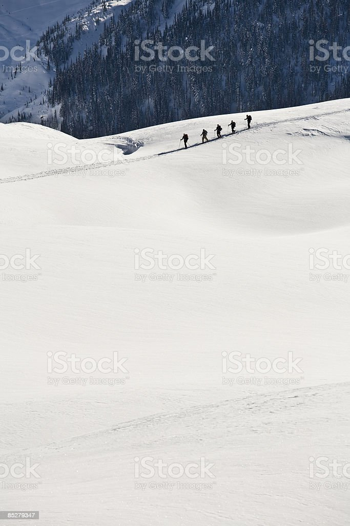 Backcountry skiers as seen from far away. photo libre de droits
