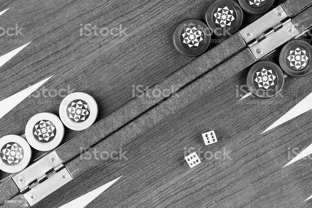 table de Backgammon et de double six dés gros plan noir et blanc - Photo