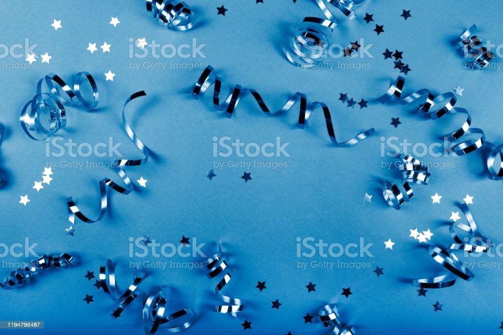Bakgrund om en fest, konfetti, stjärnor och streamers. - Royaltyfri Affisch Bildbanksbilder