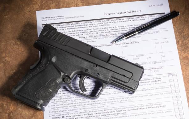 用手槍購買槍支的背景檢查 - 鎗 個照片及圖片檔
