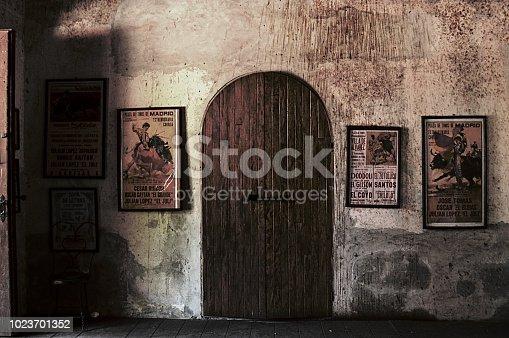 Pared de un museo taurino, en donde se muestra posters de periódico antiguo.