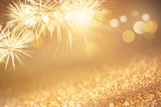 fuegos artificiales de fondo en vacaciones de año nuevo - año nuevo fotografías e imágenes de stock