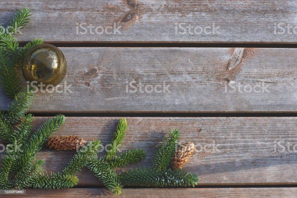 Fond d'une carte pour le nouvel an et de Noël, arbre de Noël avec un ballon sur un fond en bois - Photo