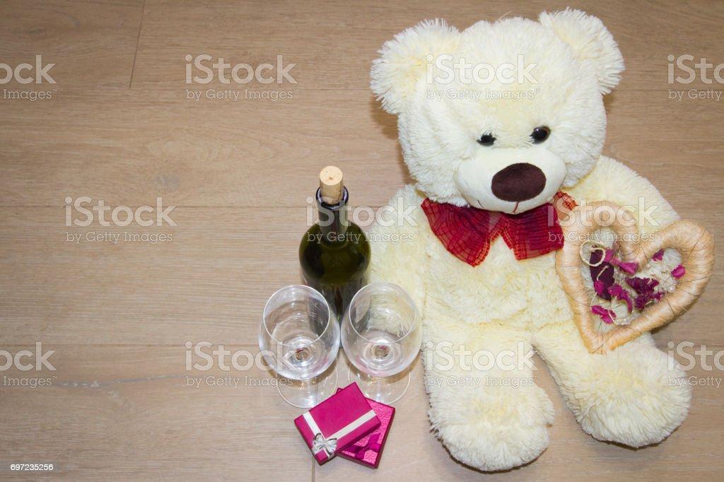 Achtergrond voor Valentijnsdag met een teddybeer, hart, een bottl foto
