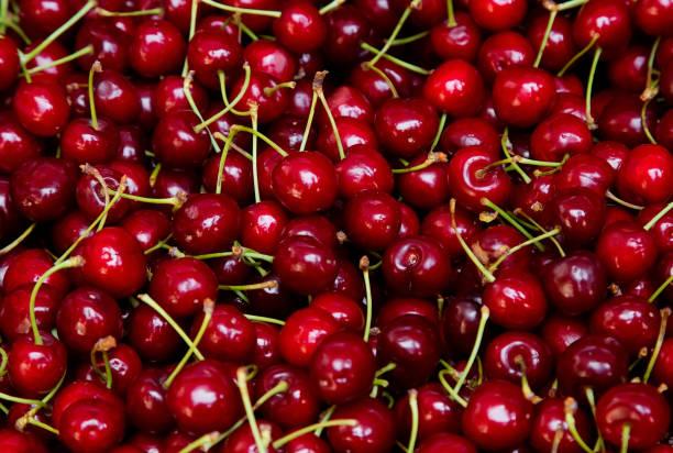 fondo de cerezas rojas frescas - cereza fotografías e imágenes de stock