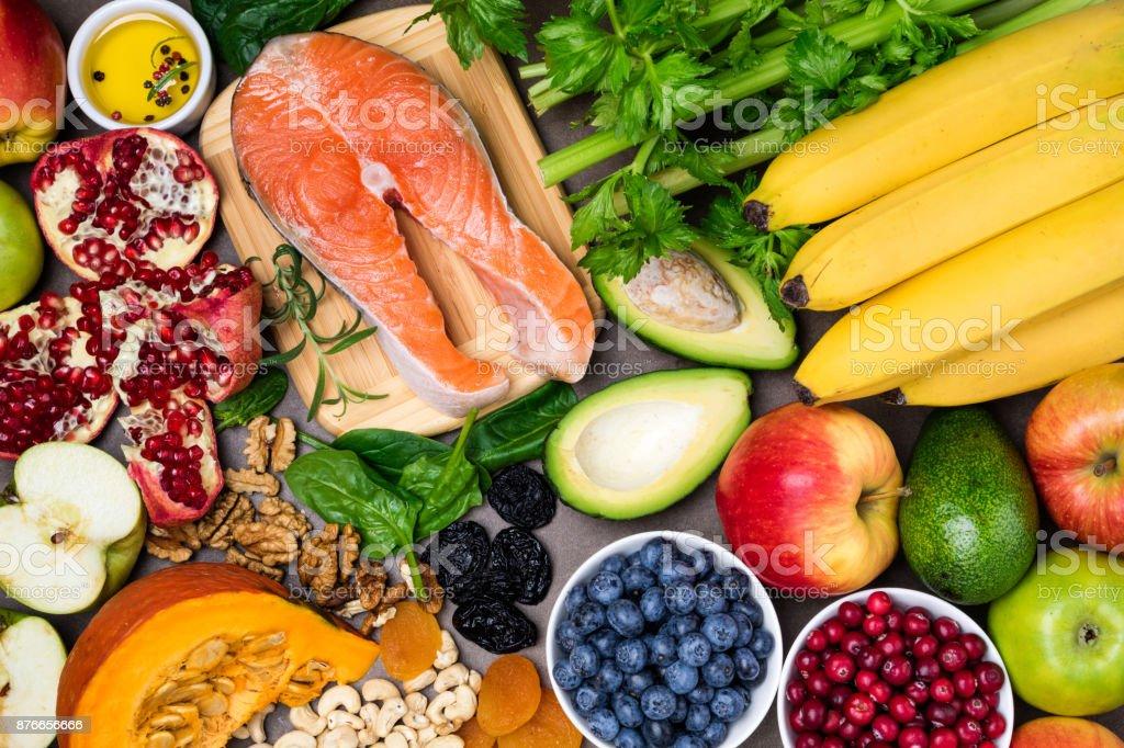 背景中心の健康食品。健康食品、ダイエット、健康的な生活の概念 ストックフォト
