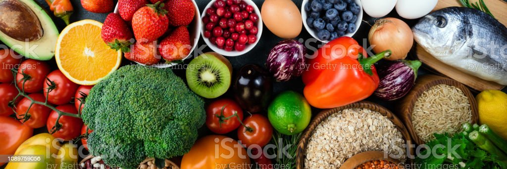 배경 건강 한 음식입니다. 신선한 과일, 야채, 생선, 열매 및 곡물. 건강 식품, 다이어트 및 건강 한 생활 개념입니다. 상위 뷰 - 로열티 프리 개념 스톡 사진