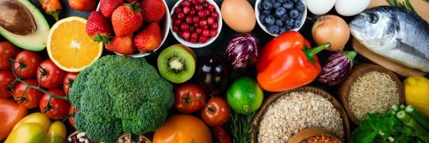 背景健康食品。新鮮水果、蔬菜、魚、漿果和穀物。健康的食物, 飲食和健康的生活理念。頂視圖 - 健康飲食 個照片及圖片檔