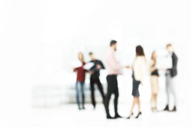 Hintergrundbild eines Business-Teams, das im Bürosaal spricht – Foto