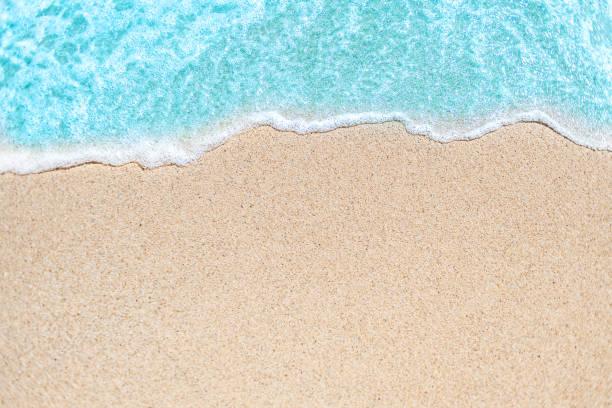 """obraz tła miękkiej fali błękitnego oceanu na piaszczystej plaży.  fala oceaniczna z bliska z kopiuj miejsce na tekst""""n - piasek zdjęcia i obrazy z banku zdjęć"""