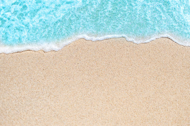 "background image of soft wave of blue ocean on sandy beach.  ocean wave close up with copy space for text""n - piasek zdjęcia i obrazy z banku zdjęć"