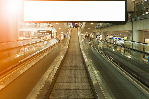 Anuncio De Lcd Grande Fondo Foto de stock y más banco de imágenes de Aeropuerto