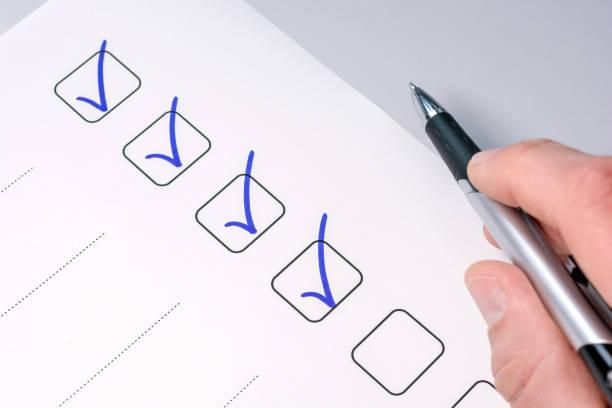 Hintergrund einer Checkliste mit überprüfte Aufgaben und ein Stift-haltende hand – Foto
