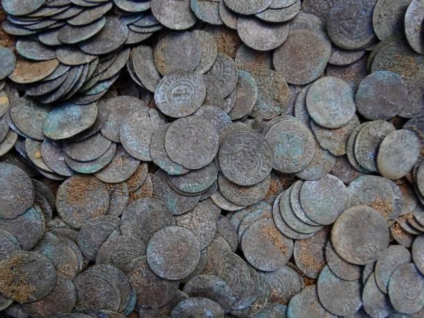 bakgrund av en hög med små gamla silvermynt i marken - dirty money bildbanksfoton och bilder