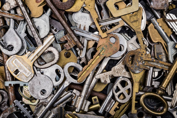 各種不同形狀的多彩金屬古董鑰匙的背景。家庭安全概念。 - 電腦按鍵 個照片及圖片檔