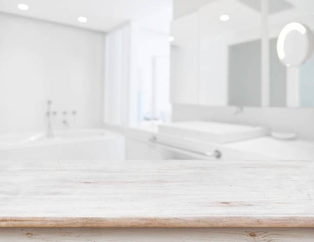 Fundo do interior borrado do banheiro com a tabela de madeira na parte dianteira - foto de acervo
