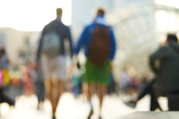 午後の路上歩行者のぼやけの背景 - lgbtqi  ストックフォトと画像