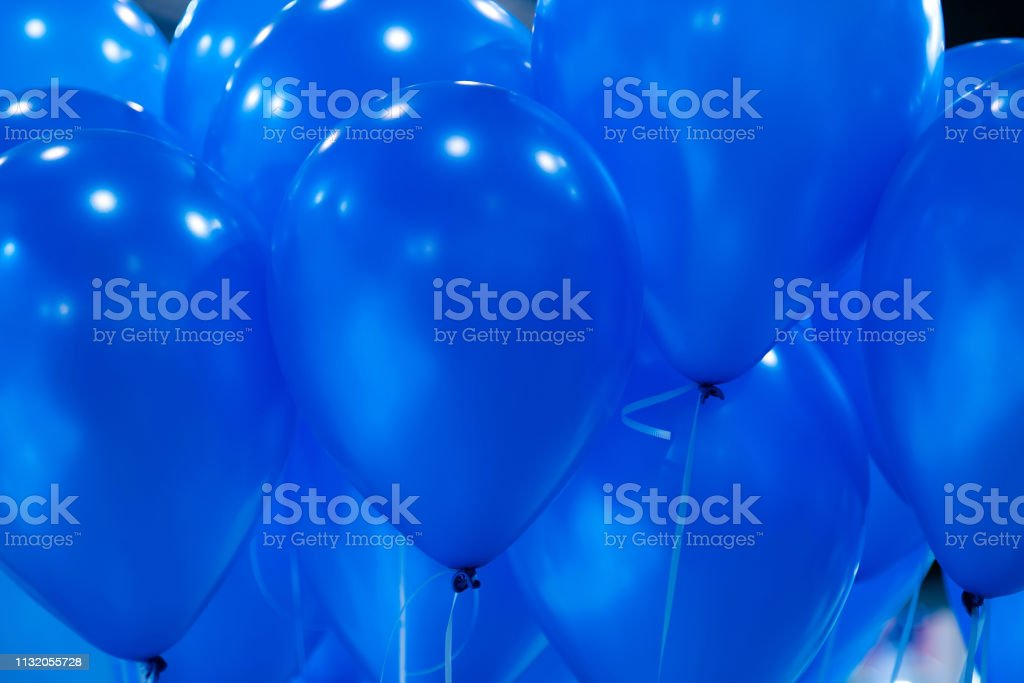Hintergrund der leuchtend gelben aufblasbaren Luftballons in der Luft. Spielerische Geburtstagshintergründe - Lizenzfrei Luftballon Stock-Foto