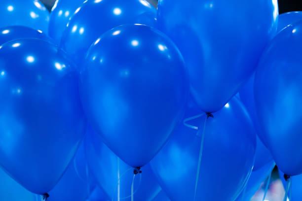 Hintergrund der leuchtend gelben aufblasbaren Luftballons in der Luft. Spielerische Geburtstagshintergründe – Foto