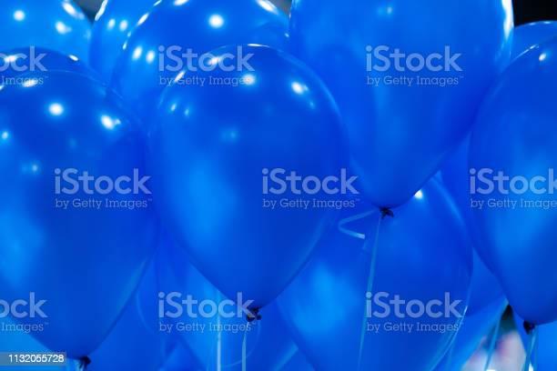 Hintergrund Der Leuchtend Gelben Aufblasbaren Luftballons In Der Luft Spielerische Geburtstagshintergründe Stockfoto und mehr Bilder von Luftballon
