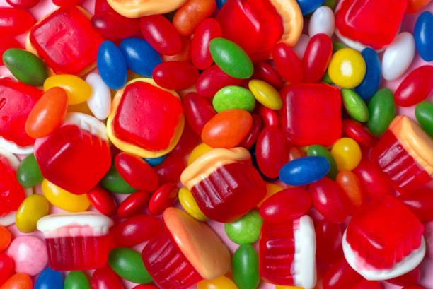achtergrond van kleurrijke snoepjes in verschillende vormen - kauwgomachtig stockfoto's en -beelden