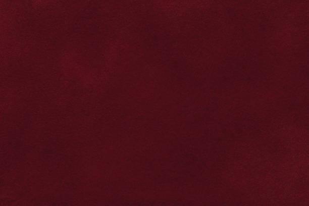fond de closeup tissu daim rouge foncé. texture mat velours tissu nubuck vin - marron couleur photos et images de collection