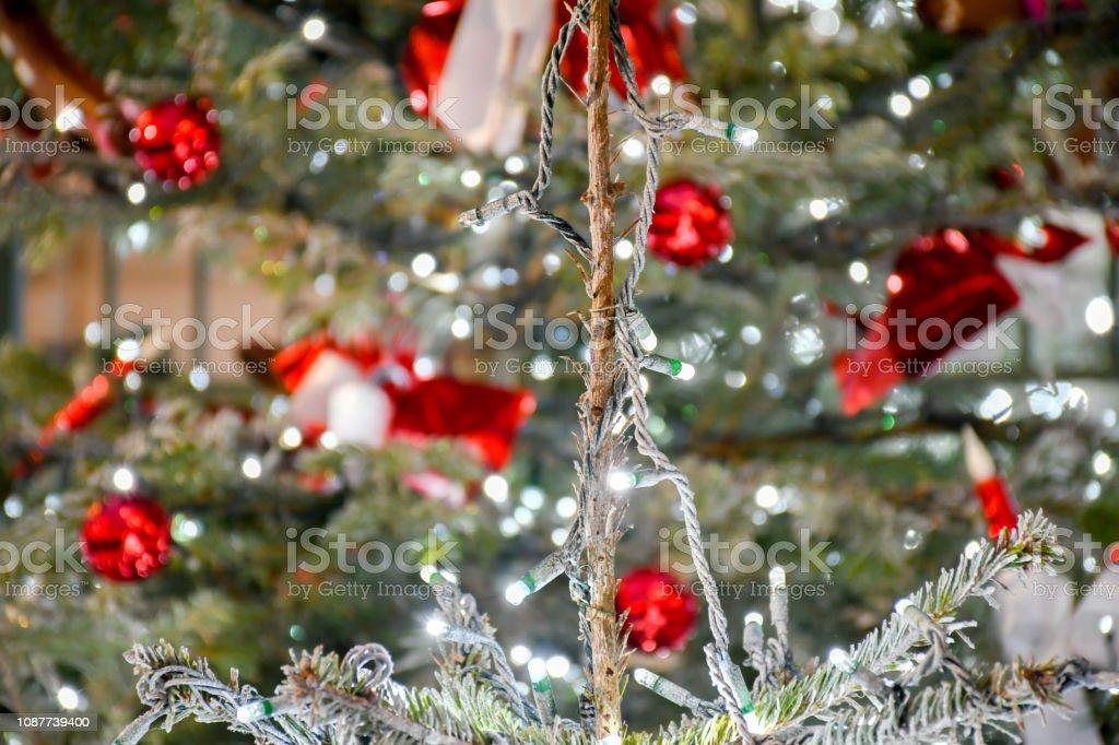 Fundo de drecoration árvore de Natal com clip de madeira em forma de casa e veado com fundo desfocado bokeh e bola de ouro gilter decorar para o Natal e ano novo, - foto de acervo