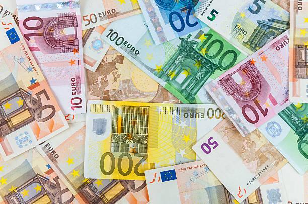 hintergrund von euro-banknoten - eurozahlen stock-fotos und bilder