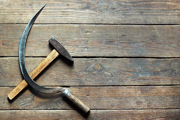 背景のハンマーと鎌、古い木製の床 - 共産主義 ストックフォトと画像