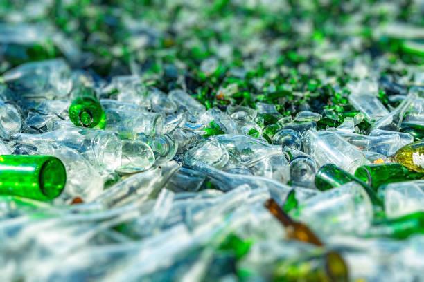 hintergrund der recycling-stücke von zerbrochenem glas - recycelte weinflaschen stock-fotos und bilder