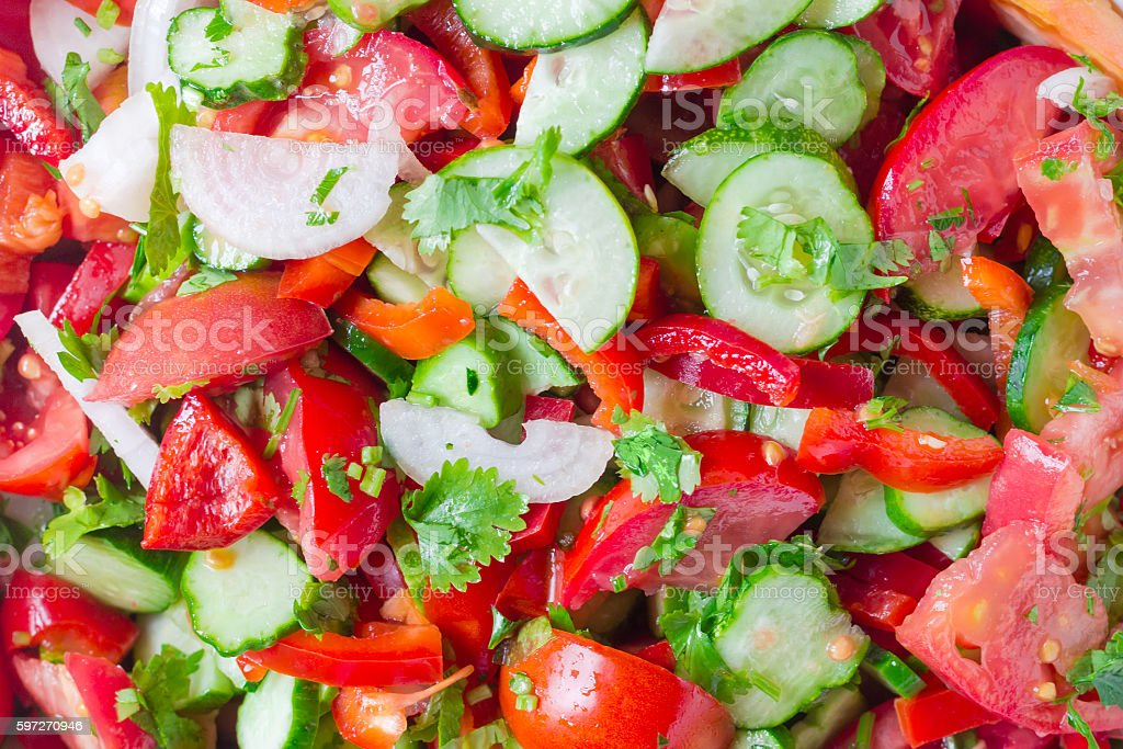 Background of salad with sliced tomatoes, cucumbers, red bell pe Lizenzfreies stock-foto