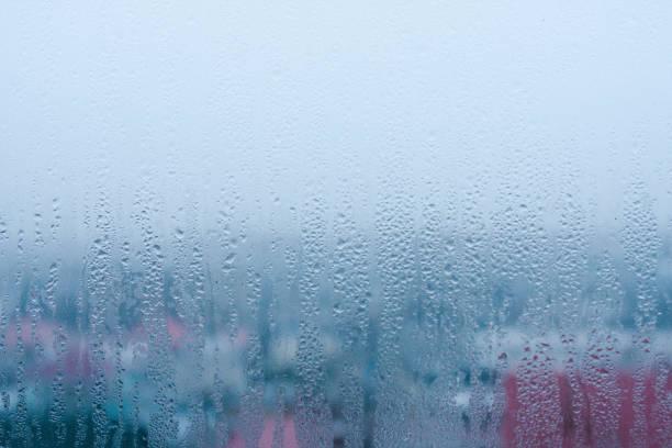 hintergrund des fließenden kondenswassers auf das fensterglas - dampfreiniger fenster stock-fotos und bilder