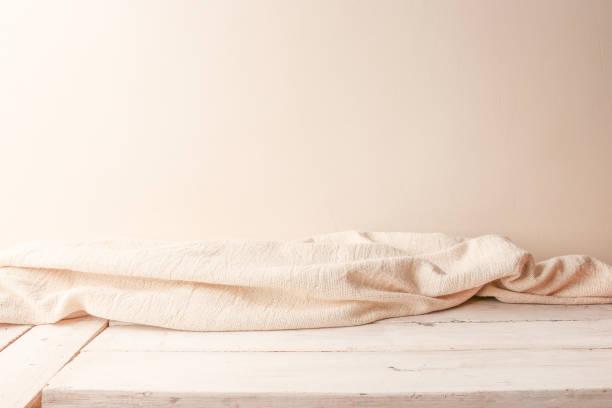 weißes tuch auf hölzernen planken und leere wand im hintergrund. - sauna textilien stock-fotos und bilder