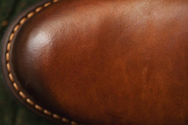 hintergrund textur aus leder. lederschuh mit genähter sohle. modische freizeitkleidung - nähfuß stock-fotos und bilder