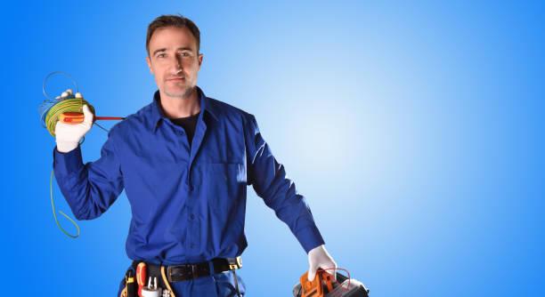 Electricista uniformado de fondo con herramientas y equipo eléctrico medio cuerpo - foto de stock