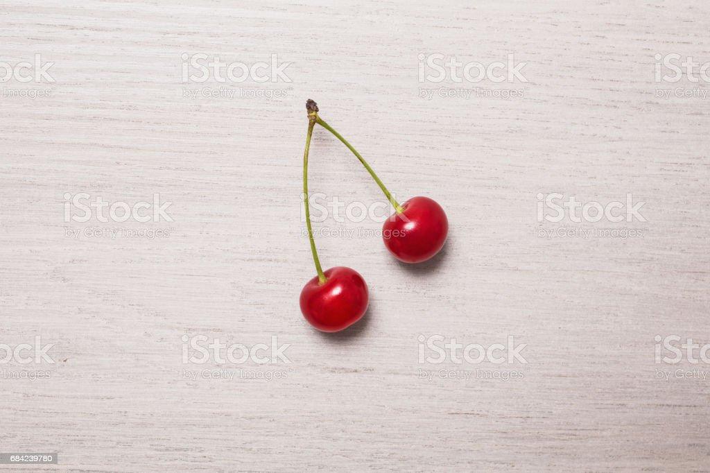 背景,白色,自然、 自然、 紅色的、 木制的、 綠色的、 新鮮,裝飾,兩,春天,平,躺,明亮,櫻桃、 生日、 植物、 漿果、 水果、 食品、 卡、 浪漫、 甜、 成熟、 多汁、 夏天、 裝飾性、 天、 禮物、 表、 特寫、 甜點,健康,浩 免版稅 stock photo