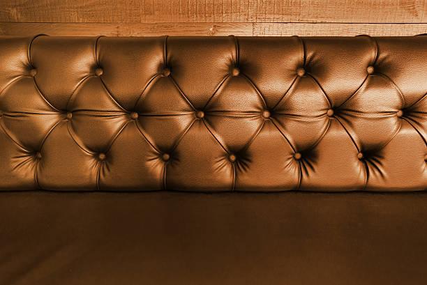 hintergrund mit nahaufnahme von dunkelbraunem leder seal - club sofa stock-fotos und bilder