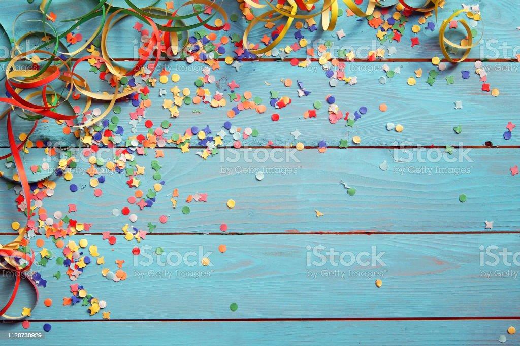 Hintergrund mit Konfetti und Luftschlangen - Lizenzfrei Bauholz-Brett Stock-Foto