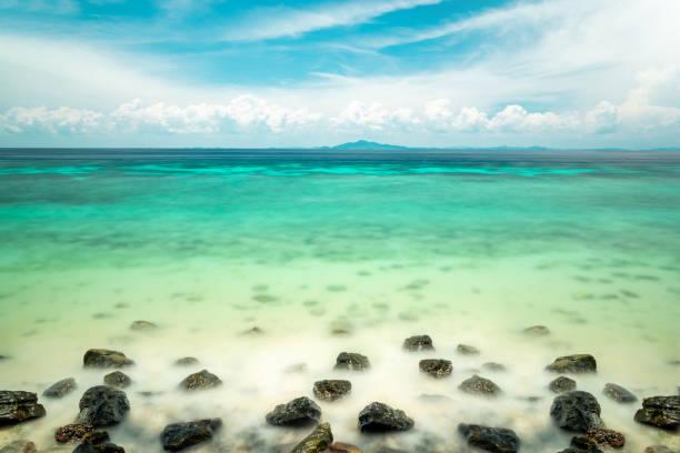 Hintergrund mit indischen Ozean, blauer Himmel mit Wolken und Türkis klarem Wasser und vielen Inseln in der Ferne mit textfreiraum für Reisen-Tourismus – Foto
