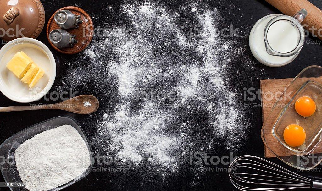 Fundo com os ingredientes para um bolo - foto de acervo