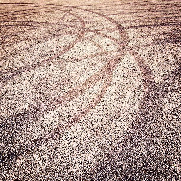 Hintergrund mit Reifen Spuren auf dem asphalt retro-filter. – Foto