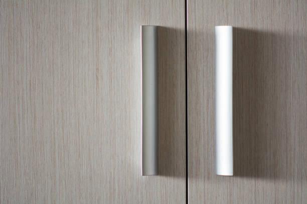 hintergrund aus holz textur tür mit metallischen kunststoffgriffen - griffe für küchenschränke stock-fotos und bilder