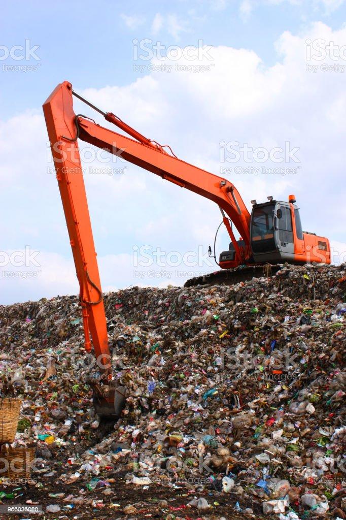 Werken op de vuilnisbelt gestort backhoe - Royalty-free Activiteit Stockfoto