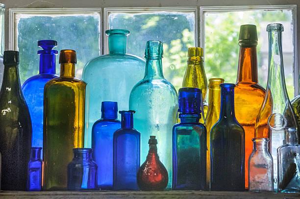 leuchtendes antikem glas-flaschen - farbiges glas stock-fotos und bilder